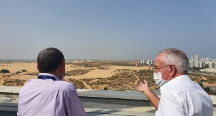 """מנכ""""ל מכבי רן סער ומנהל בית החולים אסותא אשדוד, ד""""ר ארז בירנבוים בתצפית מגג בית החולים לעבר רצועת עזה"""