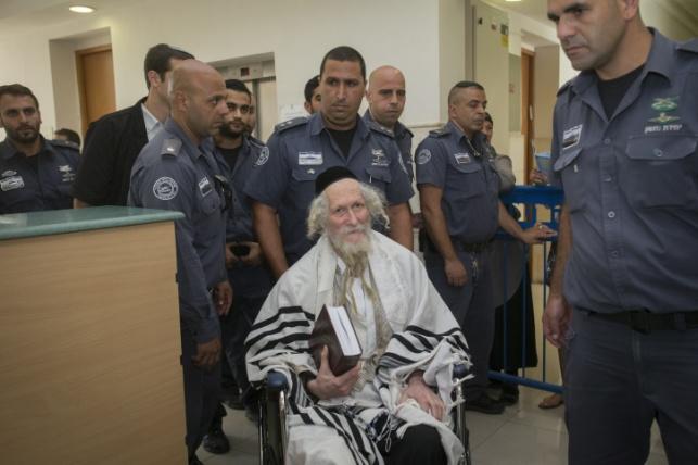 הרב אליעזר ברלנד ישוחרר; הסוהרים יעזבו