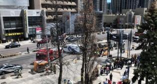 זירת האירוע - חשד לפיגוע דריסה בטורנטו: עשרה נפגעים