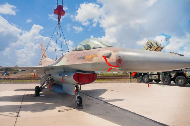 מטוס F16 ישראלי בבסיס חיל האוויר 'רמת דוד'