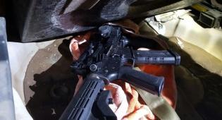 חלק מהנשק שנתפס - חיילים חרדים תפסו מכונית תופת בדרך לפיגוע