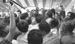 ראש הממשלה דאז יצחק רבין עם החטופים