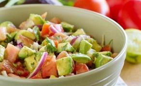 סלט אבוקדו ועגבניות מרענן - ספיישל קיץ: סלט אבוקדו שהולך עם כל עיקרית