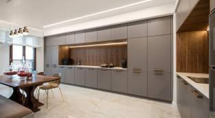 המטבח המעוצב בגימור מוקפד בדירה לדוגמא