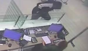 אחד ממעשי השוד - עם אקדח מדומה: כך בוצעו מעשי שוד במרכז. צפו