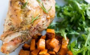 חזה עוף אפוי בניחוח רוזמרין טעים ומהיר הכנה - עוף בתנור ועוד 5 מרכיבים פשוטים למנה נהדרת