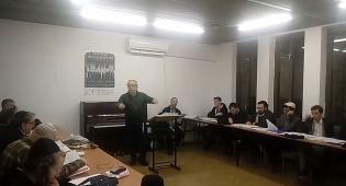 מקהלת בית הכנסת הגדול בהכנות לפסח. צפו