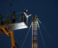 """בניית המגדל - לזכר ילד שנפטר: מגדל לגו ענק נבנה בת""""א"""