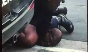 """ארה""""ב: שוטר דרך על גבר שחור - עד שמת"""