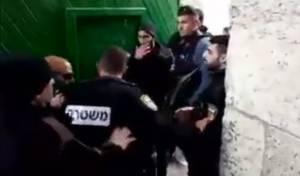 צפו בהשפלה: ערבים דחפו שוטרים על ההר