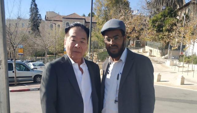 דן במרתף השואה עם בנו של הקונסול היפני שסייע בהצלת ישיבת מיר