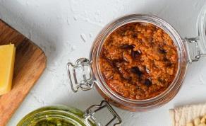 פסטו עגבניות מיובשות עם בזיליקום, אגוזי מלך ופרמזן