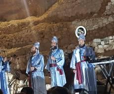 מקהלת נרננה שרו ליד החומות לבושים כלוויים