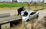 צפו: חילוץ נהגת מרכב שנתקע בשלולית ענק