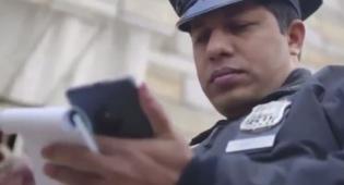 שוטר אמריקאי מתוך הקמפיין בו הושקו המכשירים - 36 אלף מכשירי משטרת ניו יורק הלכו לפח