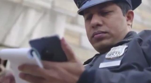 שוטר אמריקאי מתוך הקמפיין בו הושקו המכשירים