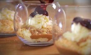 שכבות מוס שוקולד לבן עם נוגט ואוכמניות
