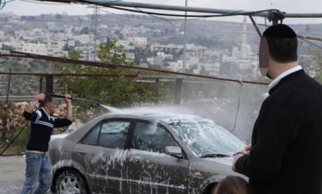 חרדי שוטף את רכבו בחוסאן