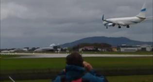 תיעוד הנחיתה המסוכנת - וההמראה - נמנע אסון: מטוס נחת וכמעט התנגש • צפו
