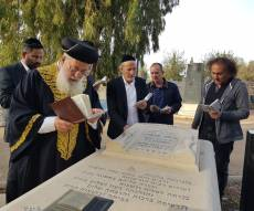 """צפו: הראשון לציון ב''קדיש' בקבר אמו ע""""ה"""