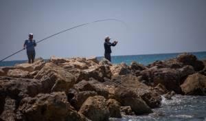 דייגים בחוף דדו בחיפה אתמול