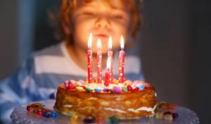 כיבוי נרות על עוגת יום הולדת מזיק לבריאות