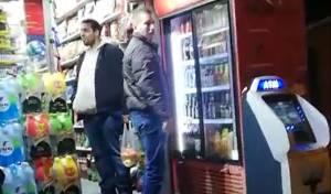 צפו בווידאו: אבנר נתניהו תועד קונה בירות