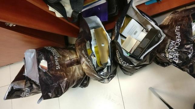 השקיות עם מוצרי הקוסמטיקה הגנובים