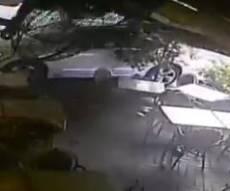 הרכב שעט לתוך בית הקפה