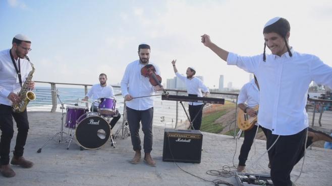 להקת 'אשירה' במחרוזת שמחה חדשה • צפו