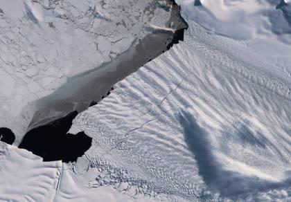 """סדקים באורך 20 ק""""מ התגלו בקרחון ענק"""