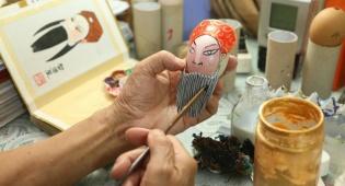 הסיני שמצייר על אלפי קליפות של ביצים