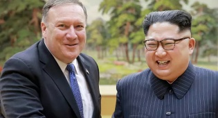 שליט צפון קוריאה עם שר החוץ האמריקני - צפון קוריאה: החודש נהרוס את אתר הגרעין