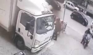 צפו: גנבו תפילין לנהג - בזמן שפרק סחורה