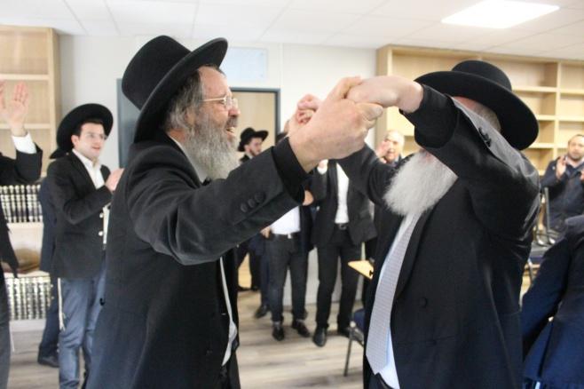 """הגר""""ד כהן קבע מזוזה בצרפת ופצח בריקוד"""