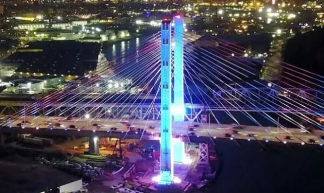 גשר ברוקלין מואר בכחול-לבן