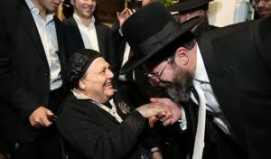"""הגר""""א בר שלום עם אמו הרבנית, אמש"""