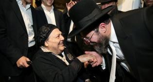 """הגר""""א בר שלום עם אמו הרבנית, אמש - הגר""""א בר שלום הוכתר לרבה של בת ים. צפו"""