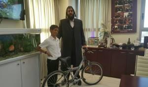 ראש עיריית אלעד עם הזוכה המאושר באופניים