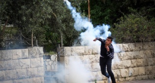 פורע פלסטיני ליד קבר רחל, ארכיון - קטינים נעצרו לאחר יידוי מטענים לקבר רחל