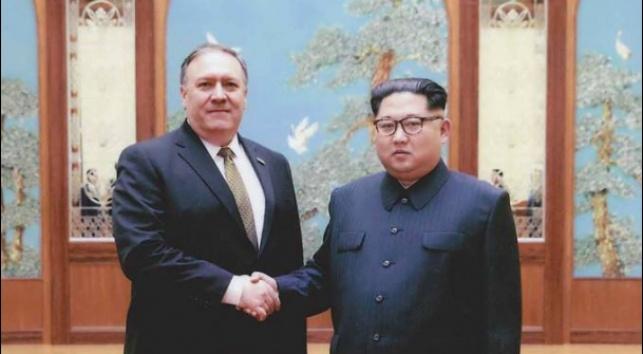 קים ג'ונג און ומייק פומפאו בעת ביקורו בצפון קוריאה