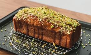 עוגת פיסטוק בחושה עם סירופ ליים