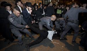 """הפגנת 'הפלג'. ארכיון - בוגר ישיבת פוניבז' נעצר בגין עריקות מצה""""ל"""