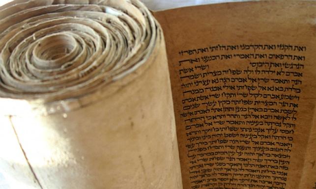 הלוויה לספרי תורה ששרדו בשואה