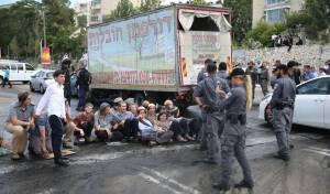 פעילי ימין חסמו את הכניסה לי-ם; 4 נעצרו