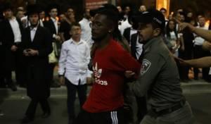 צופים במעצרו של מפגין אתיופי, אמש