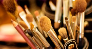 איך לנקות את מברשות האיפור בלי להרוס אותן