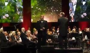 שי אברמסון מבצע את 'הנני' של רוזנבלט