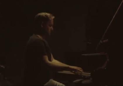 """מנדי פורטנוי בביצוע פסנתר מרהיב: """"אמא"""""""