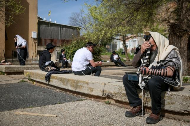 תפילה מחוץ לבית הכנסת בצפת, בגלל הקורונה